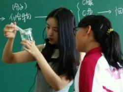 Photo of Deng Yuanyuan Guru Biologi Asal China Berbodi Seksi