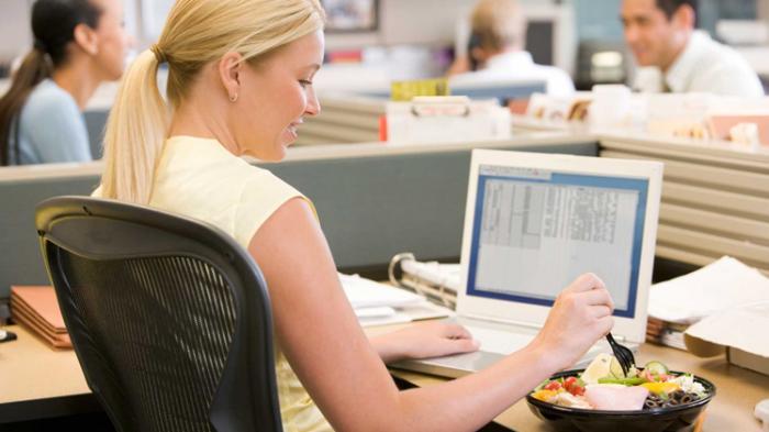 Photo of Benarkah Makan di Meja Kerja itu Bisa Bikin Gemuk?