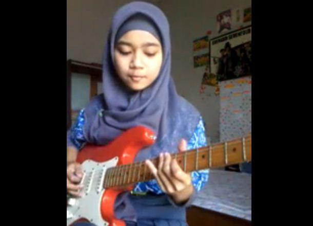 Gadis Berjilbab Ini Main Gitar Rock Lagunya Lamb of God