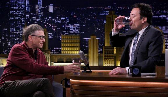 Jimmy Fallon Dikerjai Bill Gates dengan Minuman Olahan Tinja