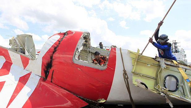 Benarkan Jasad Pria Berdasi AirAsia QZ8501adalah Kopilot?