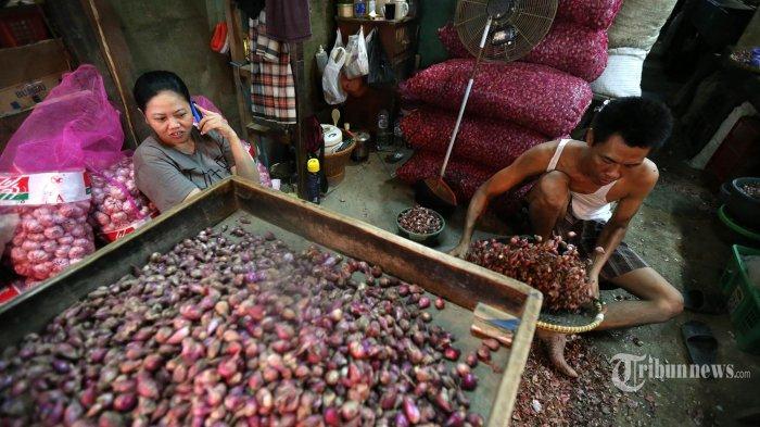 Harga Melonjak, Pedagang Pilih Jual Bawang Kupasan