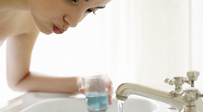 Ingat, Mouthwash Tidak Sama Fungsinya dengan Sikat Gigi