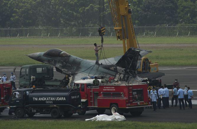 Begini Proses Evakuasi Puing F-16 yang Terbakar