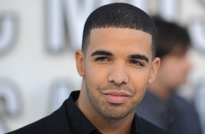 Diam-diam Drake Punya Anak dari Pelayan Klub Malam
