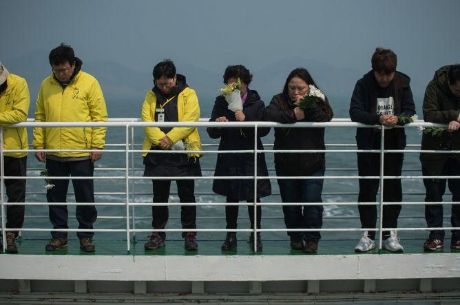 Jelang Peringatan Tragedi Sewol, Keluarga Tabur Bunga ke Laut