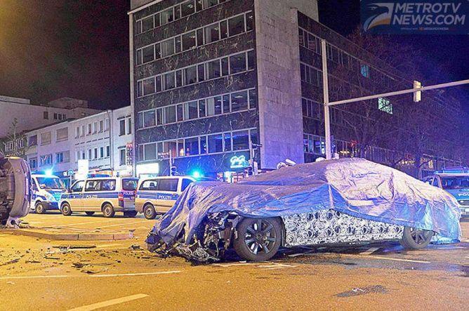 Sedang Uji Jalan, New BMW Seri-7 Malah Nabrak Mobil Polisi