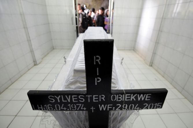 Tak Penuhi Syarat Pengemasan, Jenazah Sylvester Dibalut Ulang