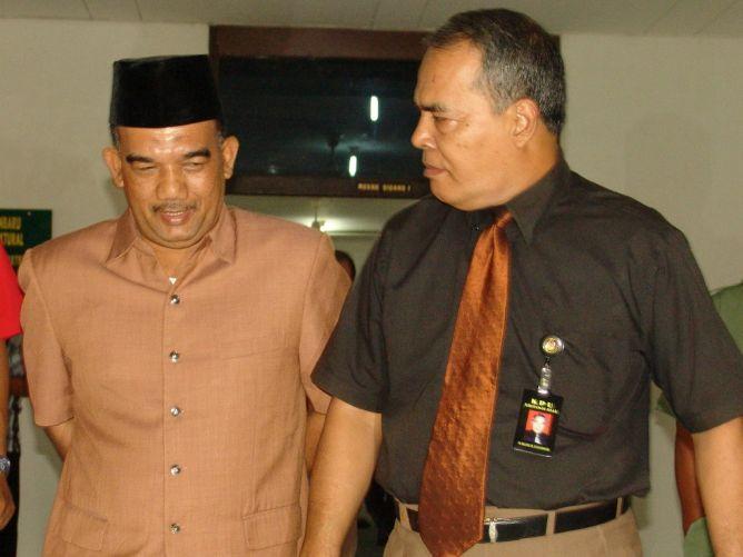 Hormati Bupati Kampar Riau, Polisi Malaysia Takut Merokok