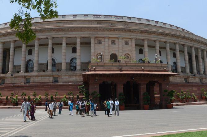 Salah Tekan Tombol Voting, 12 Pejabat India Diejek