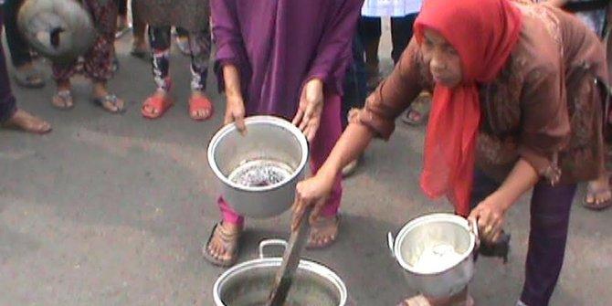 Demo Presiden Jokowi Turun, Ibu-Ibu Di Palembang Masak Batu
