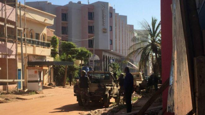 Sekelompok Pria Bersenjata Bunuh 22 Tamu Hotel Di Mali