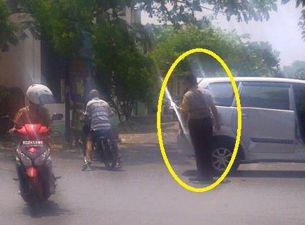 Mobil Polisi Ditabrak Pengendara Motor, Polisi Malah Bantu PengendaraMobil Polisi Ditabrak Pengendara Motor, Polisi Malah Bantu Pengendara