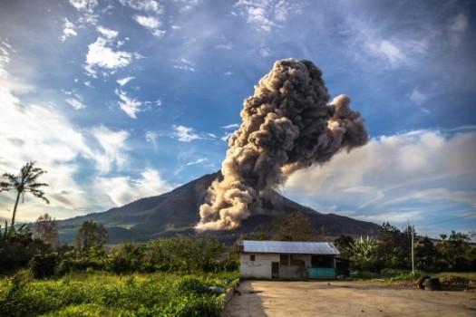 Gunung Sinabung Semburkan Awan Panas