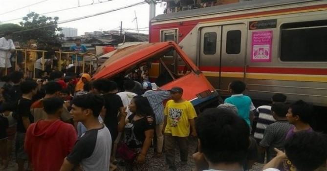 KRL Tabrak Metro Mini, Tewaskan 13 Orang